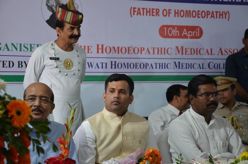 WORLD HOMOEOPATHY DAY MOMENTO BY MAHAMAHIM GOVERNOR OF JHARKHAND SMT.DROPADI MURMU